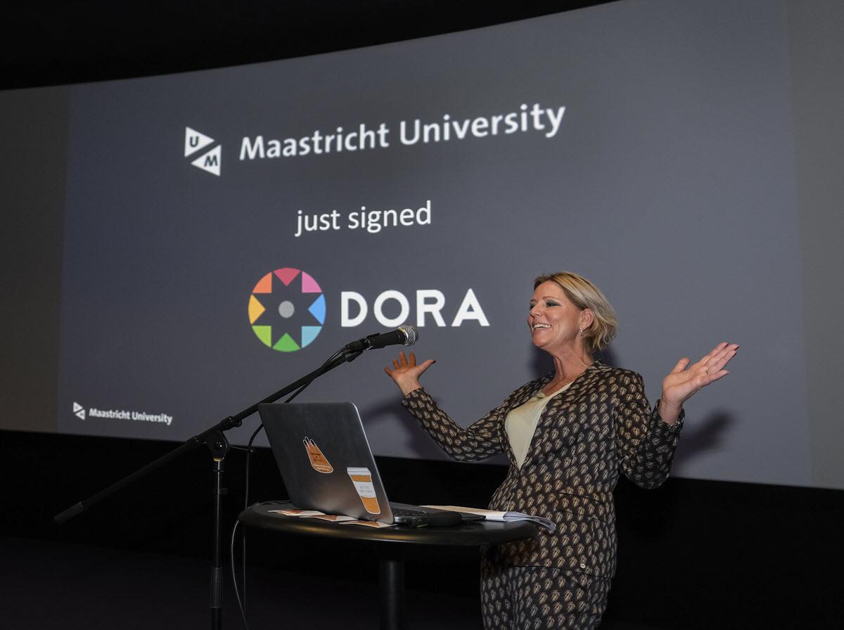 Rianne Letschert signs DORA for Maastricht University