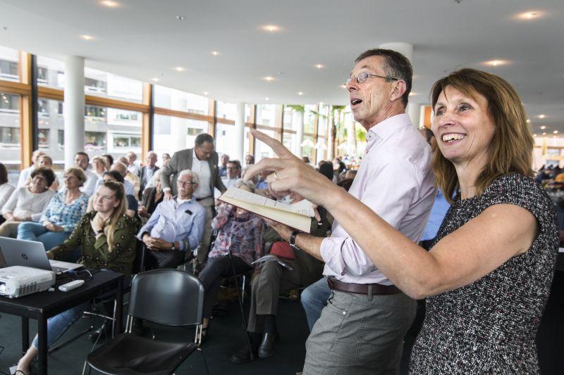 Wammes Bos en UB-directeur Ingrid Wijk bekijken enthousiast zoekresultaten in het complete digitale archief. Foto: Loraine Bodewes